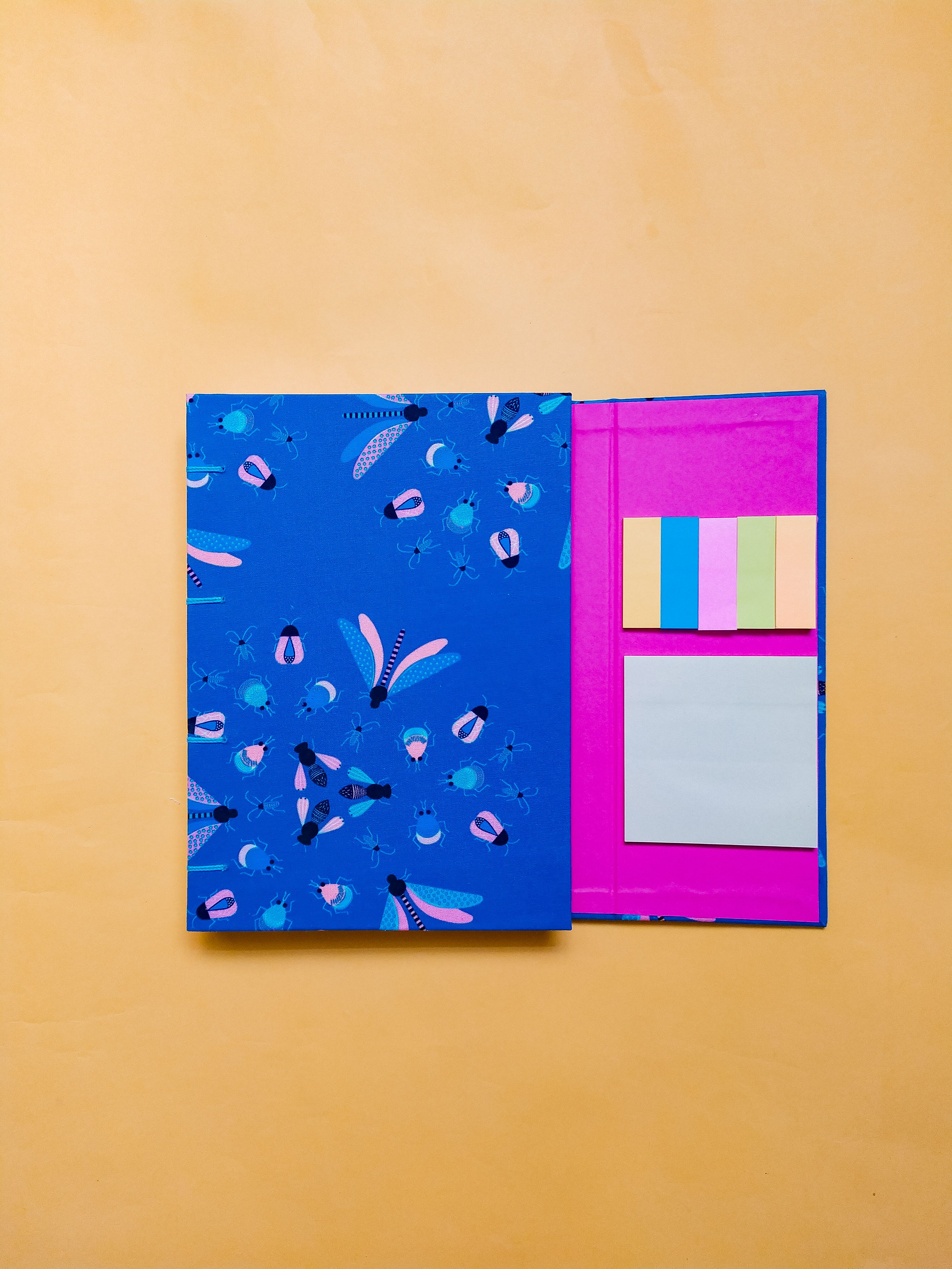 Caderno com aba e post it Insetos